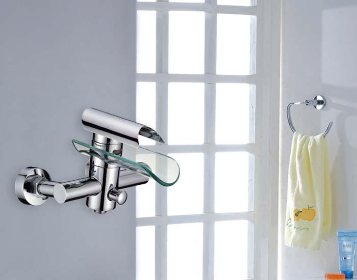 wasserfall glas wasserhahn f r die badewanne. Black Bedroom Furniture Sets. Home Design Ideas